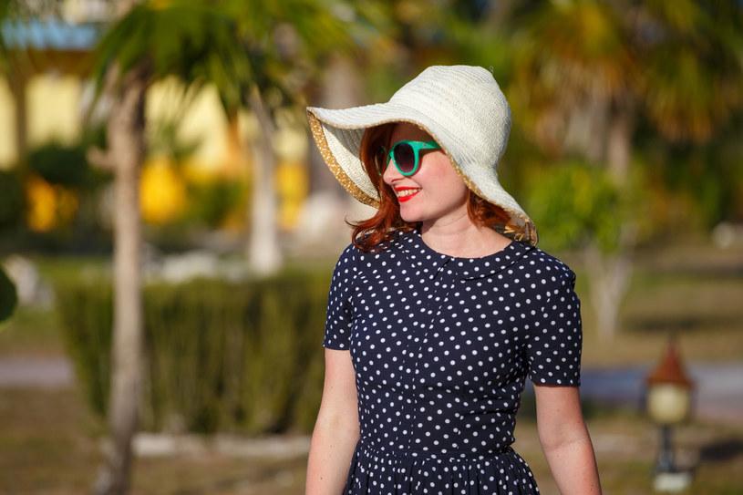 Klasyczna sukienka w groszki wciąż nie wychodzi z mody! /123RF/PICSEL