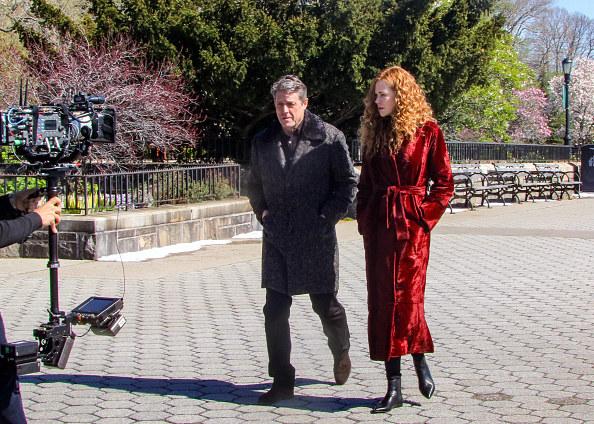 Klasyczny, prosty fason z dużymi klapami i pas podkreślający talię - w tym burgundowym płaszczu Nicole wgląda genialnie /Jose Perez/Bauer-Griffin/GC Images /Getty Images