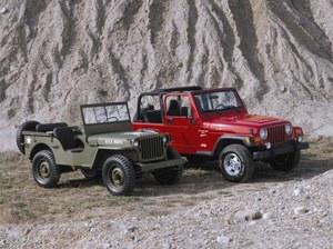 Klasyczny Willys (z lewej) z lat wojennych ze swoim cywilnym następcą, modelem TJ. /Jeep