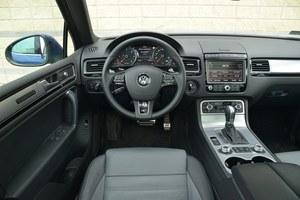 Klasyka gatunku – typowy dla VW styl, świetne materiały, prosta obsługa. W odmłodzonej wersji przybyło chromowanych dodatków. /Motor