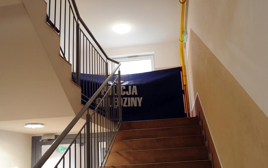 Klatka schodowa jednego z komunalnych budynków przy ul. Rybackiej w Kołobrzegu / Marcin Bielecki    /PAP