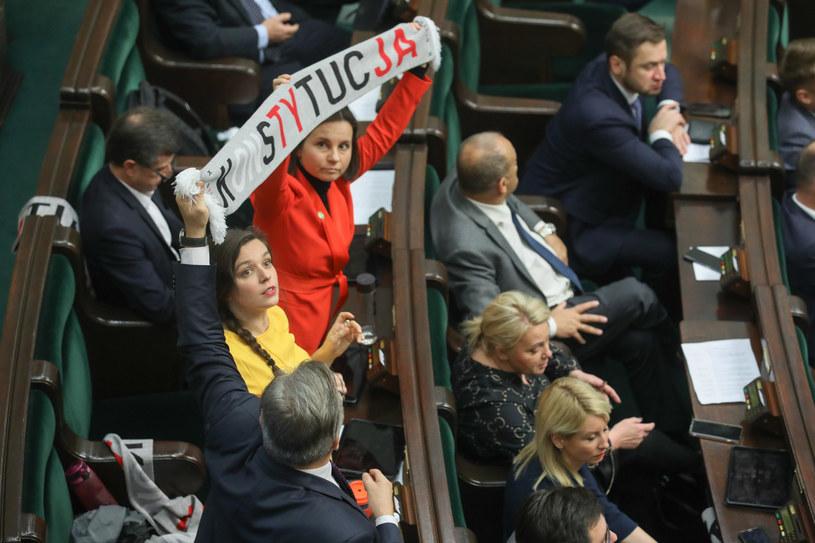 """Klaudia Jachira trzyma szalik z napisem """"Konstytucja"""" /fot. Andrzej Iwanczuk/REPORTER /"""