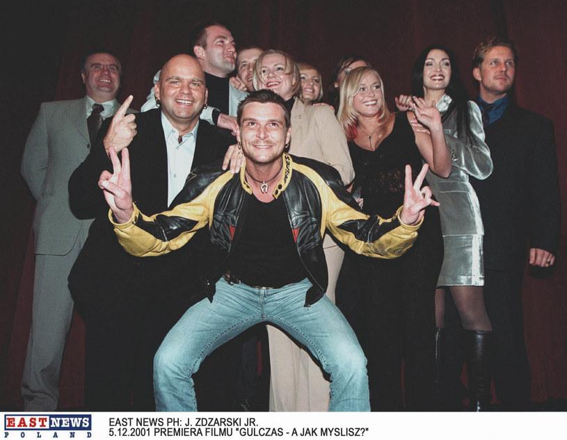 """Klaudiusz Sevković (2L) z ekipą """"Big Brothera"""" na premierze filmu """"Gulczas, a jak myślisz?"""" /J.Zdziarski /East News"""