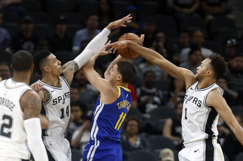 Klay Thompson (w środku) w meczu z San Antonio Spurs /AFP