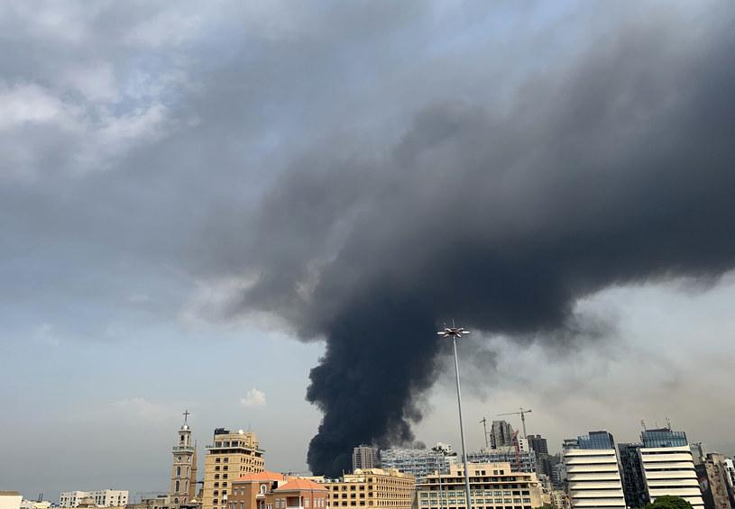 Kłęby czarnego dymu widoczne nad Bejrutem /JOSEPH EID  /AFP