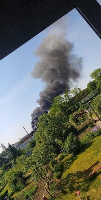 Kłęby czarnego dymu. Znowu płonie hałda śmieci w Przysiece Polskiej w Wielkopolsce. /Gorąca Linia RMF FM