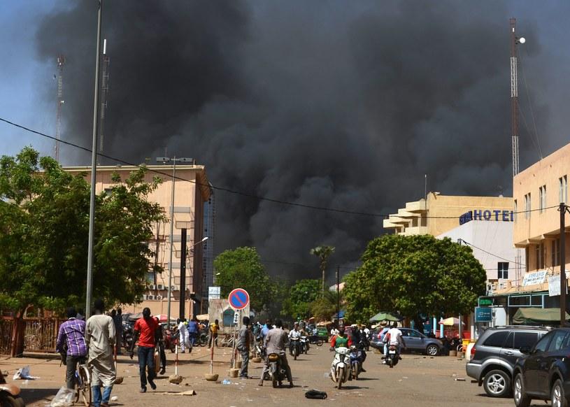 Kłęby dymu nad dzielnicą dyplomatyczną w Wagadugu /AFP