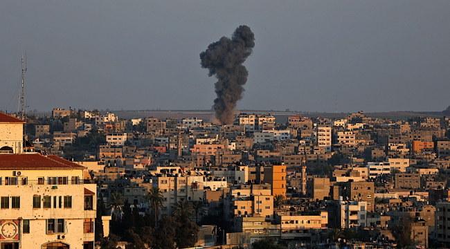Kłęby dymu po izraelskim ataku w Strefie Gazy /PAP/EPA/MOHAMMED SABER /PAP/EPA