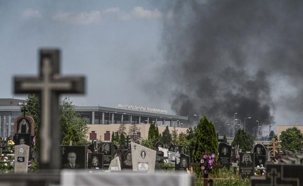 Kłęby dymu unoszące się nad międzynarodowym lotniskiem w Doniecku /ROMAN PILIPEY /PAP/EPA