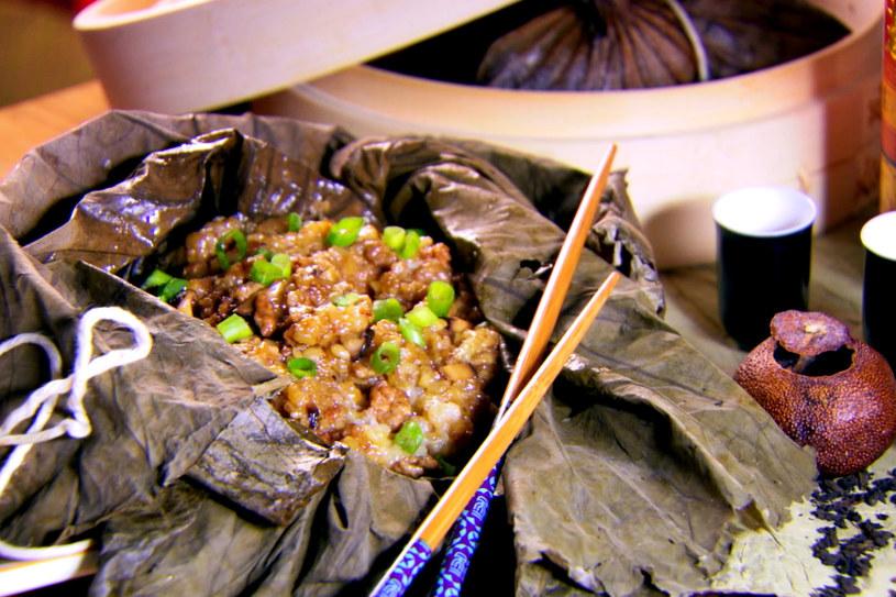 Kleisty ryż owinięty w liście lotosu /materiały prasowe