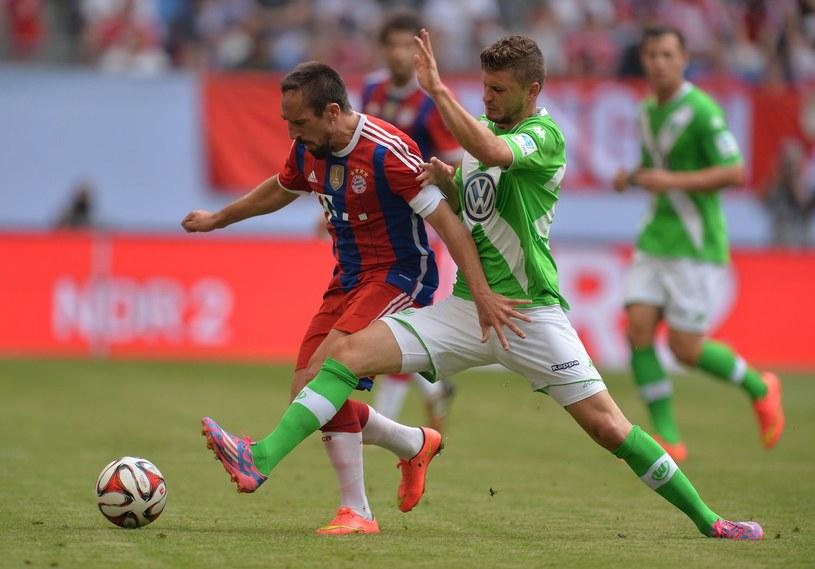 Klich (jeszcze w barwach Wolfsburga) w towarzyskim meczu walczy z Franckiem Riberym /AFP