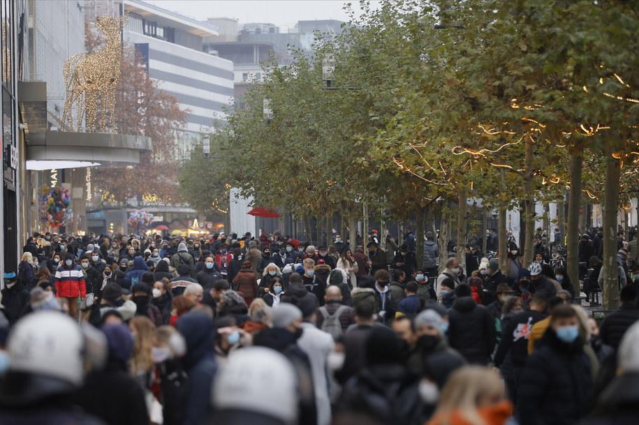 Klienci na zakupach bożonarodzeniowych we Frankfurcie nad Menem /RONALD WITTEK /PAP/EPA
