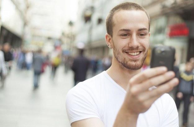 Klienci Plus na Kartę mogą korzystać z darmowych rozmów i SMSów do wszystkich sieci komórkowych /123RF/PICSEL