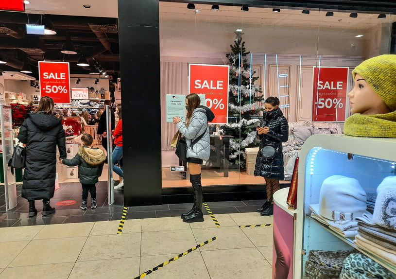 Klienci podczas zakupów w galeriach handlowych /Wojtek Jargiło /PAP