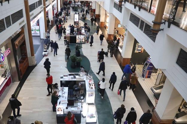 Klienci podczas zakupów w jednej z galerii handlowych w Warszawie / Tomasz Gzell    /PAP