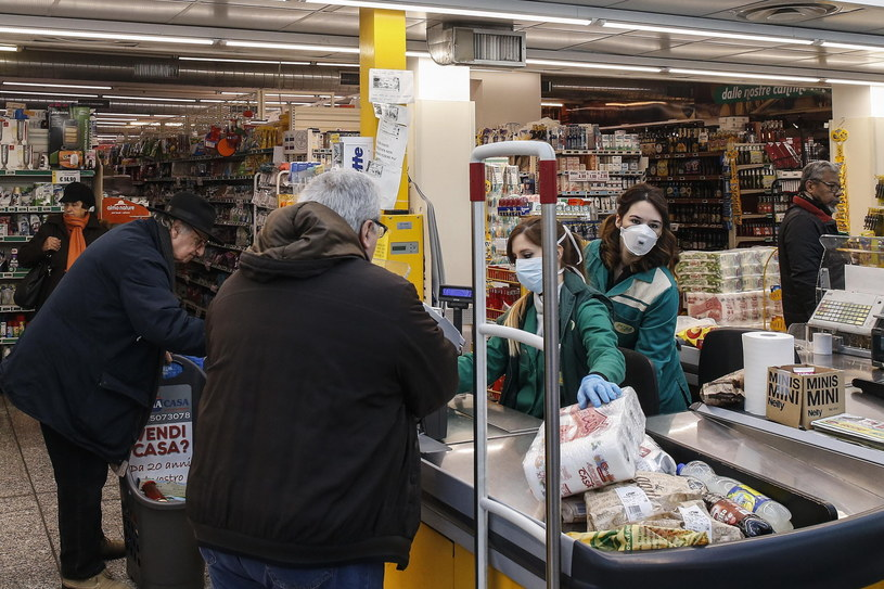 Klienci robią zakupy w sklepie w Rzymie /Fabio Frustaci /PAP/EPA