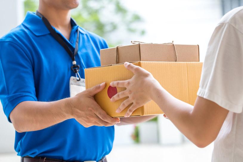 Klienci sklepów internetowych mogą najczęściej wybierać między przesyłką listowną, kurierską i dostawą do paczkomatu /123RF/PICSEL