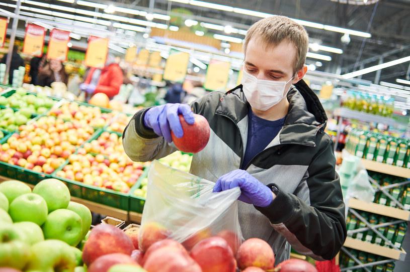Klienci sklepów mają do dyspozycji rękawiczki jednorazowe i żele dezynfekujące /123RF/PICSEL