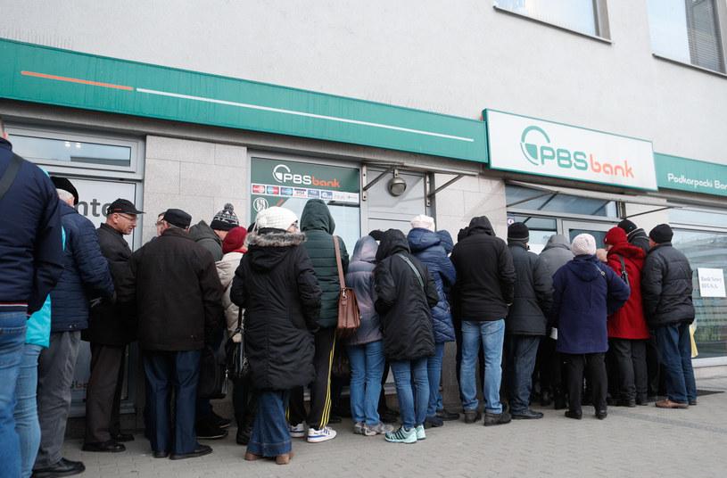 Klienci w kolejce przed bankiem /k_kapica_afk/Polska Press/ /East News