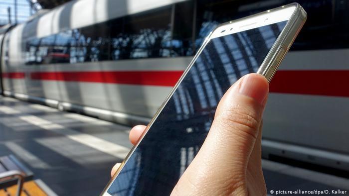 Klienci zamawiają i płacą za produkty z minisupermarketu za pomocą aplikacji na smartfonach /picture-alliance/dpa/D. Kalker /Deutsche Welle