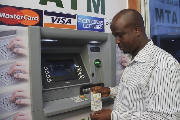 Klient Salaam Somalia Banku korzysta z pierwszeg0o w kraju bankomatu. Od razu wybrał 100 dolarów... /EPA