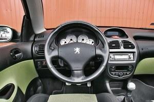 Klimatyzacja automatyczna, skórzana kierownica i białe zegary to atrybuty wersji sportowych i limitowanych. /Motor