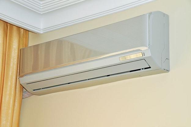 Klimatyzatory typu split są nowocześniejszą i cichszą konstrukcją /©123RF/PICSEL