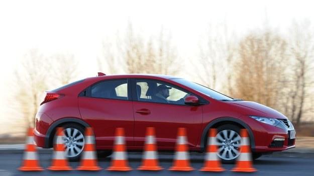 Klinowata sylwetka Civica może sugerować sportowy charakter, jednak auto nastawione jest bardziej na komfort. /Auto Moto