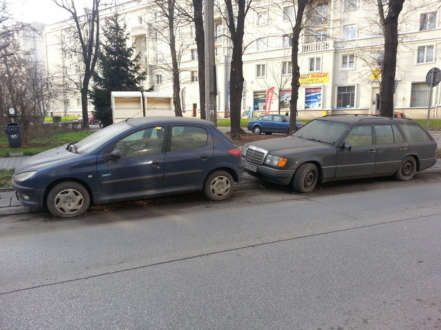 Kłopoty, jakich nastręcza walka z wrakami samochodów, dobrze ilustruje historia z Krakowa... /INTERIA.PL
