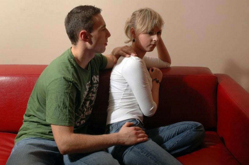 Kłopoty w małżeństwie wynikają często z powodu braku komunikacji /FOTONOVA /East News
