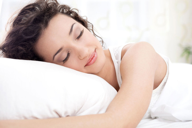 Kłopoty z zasypianiem oddali otaczanie się delikatnym aromatem jałowca lub lawendy /123RF/PICSEL