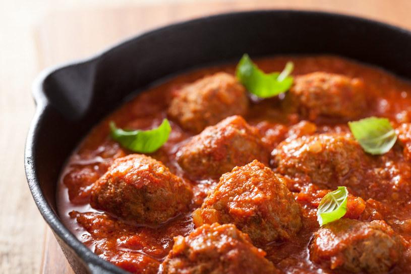 Klopsiki możesz poda z sosem pomidorowym /123RF/PICSEL