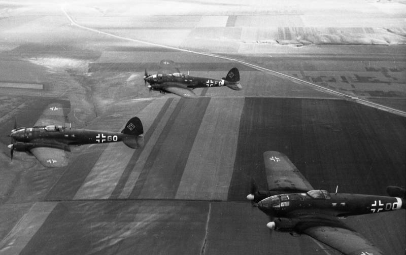 Klucz samolotów Heinkel He-111, jednego podstawowych typów (obok Do-17) bombowców Luftwaffe w 1939 roku /Bundesarchiv /INTERIA.PL/materiały prasowe