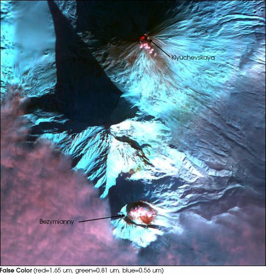 Kluczewska Sopka (u góry), Wulkan Bezimienny (u dołu) oraz nieaktywny Kamień (w środku) /NASA