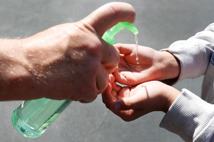Kluczowa w walce z epidemią jest dezynfekcja rąk / GEORGE FREY /AFP