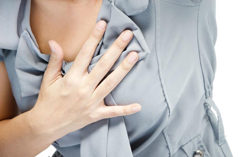 Kluczowe do rozpoznania przyczyny są objawy, które towarzyszą bólowi w klatce piersiowej /123RF/PICSEL