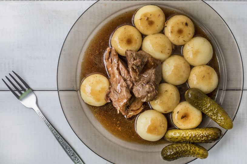 Kluski śląskie można serwować z dowolnym sosem, my polecamy aromatyczny sos myśliwski /123RF/PICSEL