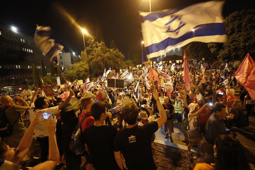 Kneset zatwierdził w niedzielę nowy rząd pod przywództwem Naftalego Beneta /ATEF SAFADI  /PAP/EPA