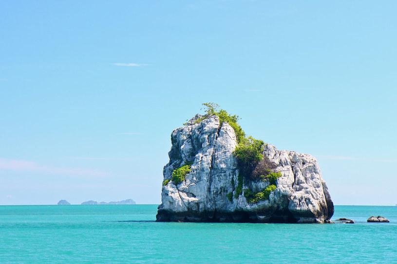 Ko Samui otacza 41 bezludnych wysepek. Wynajętą łódką możemy dostać się na jedną z nich i poczuć się jak Robinson Crusoe /123RF/PICSEL