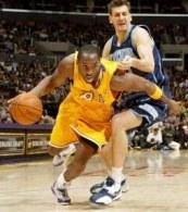 Kobe Bryant mija Gordana Gricka. Lakers-Jazz 102:95 /AFP