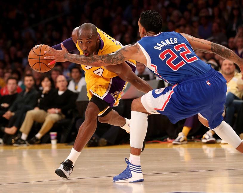 Kobe Bryant próbuje minąć Matta Barnesa z Los Angeles Clippers /AFP