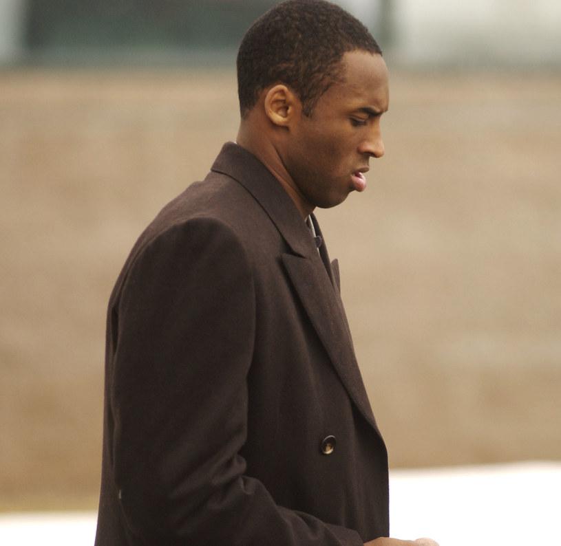 Kobe Bryant w drodze na rozprawę sądową w 2004 roku /Thomas Cooper /Getty Images