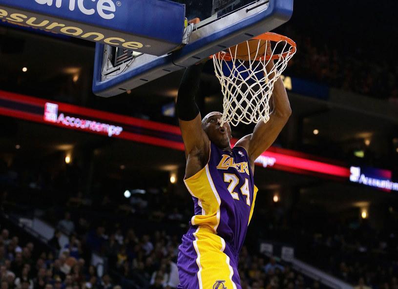Kobe Bryant wkłada piłkę do kosza /AFP