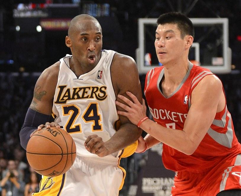Kobe Bryant (z lewej) w meczu z Houston Rockets /PAP/EPA