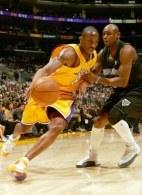 Kobe Bryant (z lewej) znowu będzie grał pod skrzydłami Phila Jacksona? /AFP