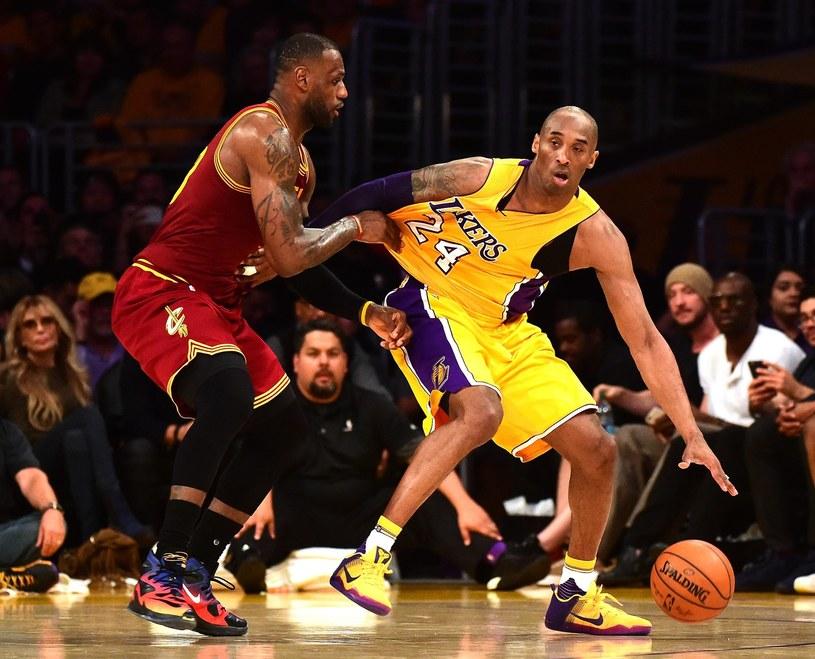 Kobe Bryant (z prawej) kontra LeBron James /AFP