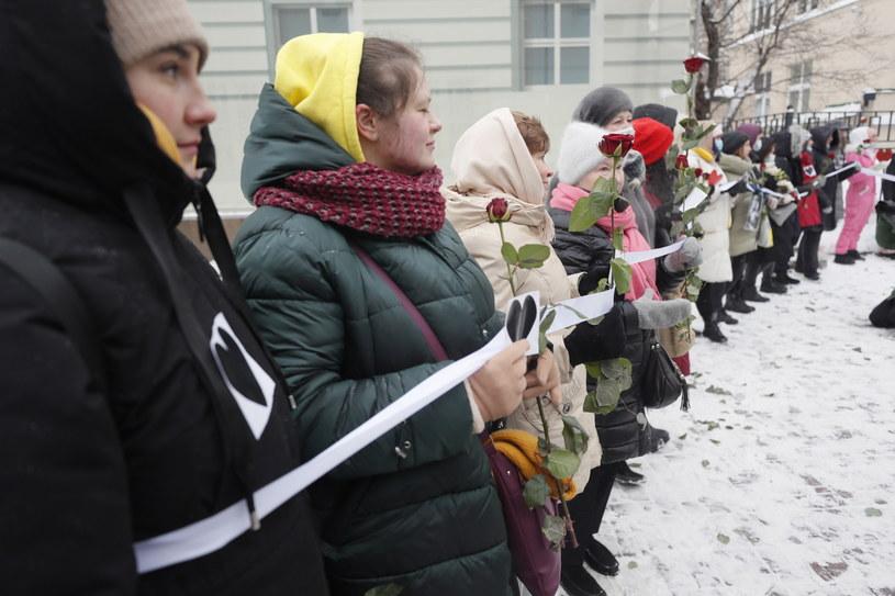 """Kobiecy """"łańcuch solidarności"""" w Moskwie z uwięzionymi aktywistkami i żonami zatrzymanych opozycjonistów /Sergei Ilnitsky /PAP/EPA"""