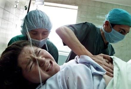 Kobieta będzie mogła wybrać najwygodniejszą dla siebie pozycję przy porodzie /AFP