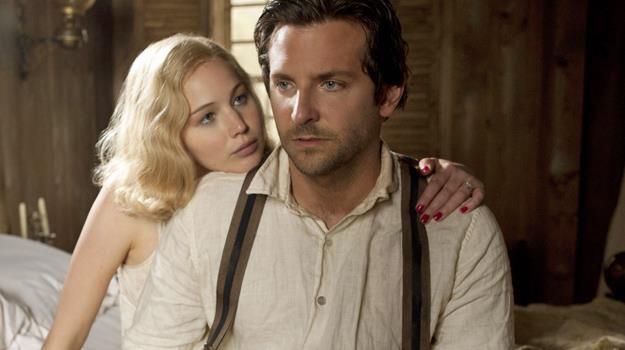 """Kobieta gotowa na wszystko dla władzy? Jennifer Lawrence i Bradley Cooper w scenie z filmu """"Serena"""" /materiały dystrybutora"""