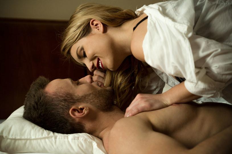 Kobieta i mężczyzna nie muszą pasować do siebie jak dwie połówki jabłka. Mogą być z różnych planet. I z tego ma szansę narodzić się kosmiczna miłość /123RF/PICSEL